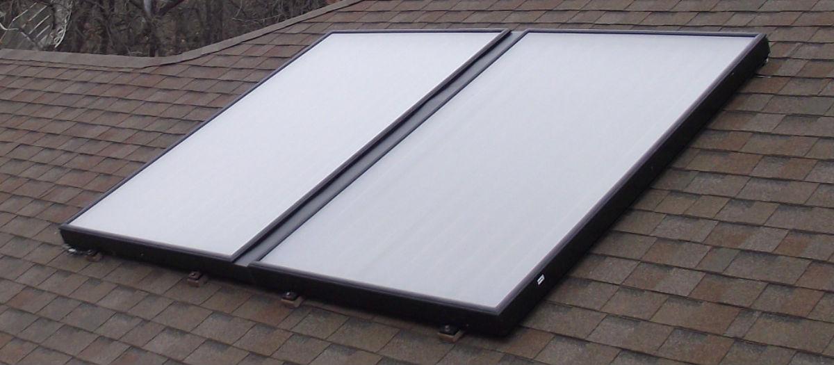 Et solcelleanlæg installeret på et hustag